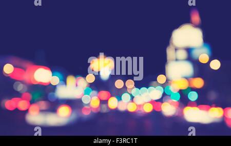 Les lumières de la ville floues tons vintage de nuit, urban abstract background. Banque D'Images