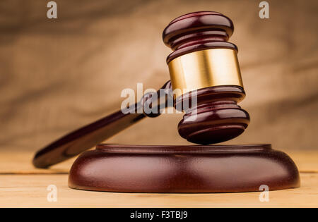 Le juge brown gavel on wooden table closeup Banque D'Images