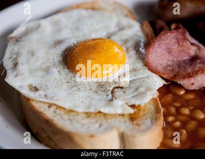 Le poivre œuf frit sur du pain grillé avec haricots bacon Banque D'Images