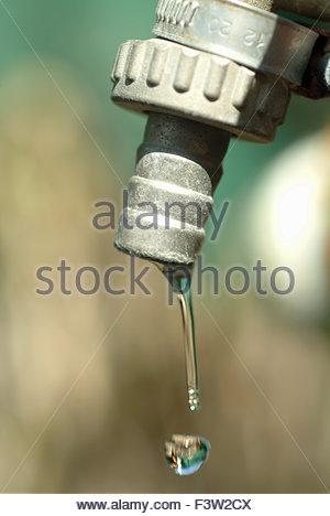 Des gouttes d'eau couler du robinet robinet Banque D'Images
