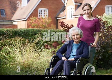 Fille mère en fauteuil roulant dans la haute pression Banque D'Images