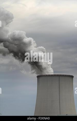 La fumée de cheminée industrielle on blue sky Banque D'Images