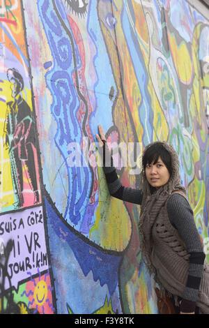L'asiatique à la Berlin Eastside Gallery Banque D'Images