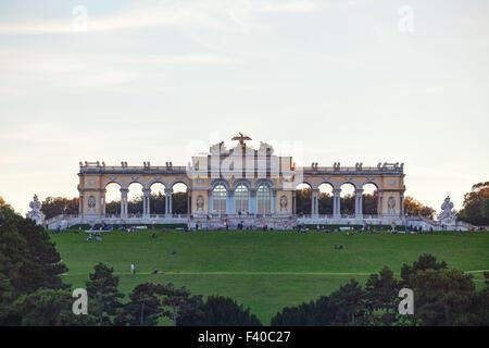 Chapelle du château de Schönbrunn, à Vienne au coucher du soleil Banque D'Images