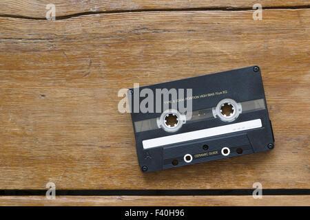 Cassette audio sur bois