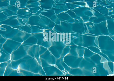 Surface de l'eau, avec des reflets de lumière, dans une piscine Banque D'Images