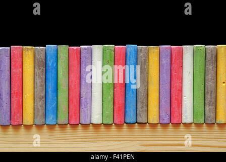 Les craies de couleur disposés en ligne Banque D'Images