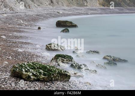 Rochers sur la plage de crique de Lulworth Cove, sur la côte jurassique, Dorset, England, UK Banque D'Images
