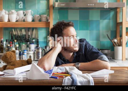 La rêverie de l'homme dans la cuisine Banque D'Images