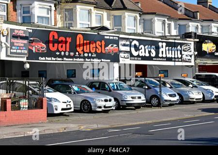 Seconde main voitures utilisées à vendre sur rez-de-chaussée chambre façades sept rois Ilford East London England Banque D'Images