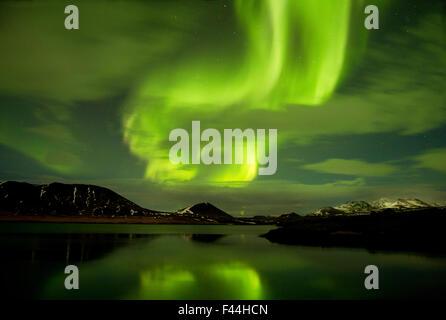 Aurora Borealis afficher plus de fjord de nuit, à l'ouest de l'Islande, Janvier 2013 Banque D'Images