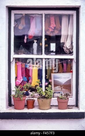 Un chalet les cadres de fenêtre d'un écran couleur de fabrication locale de bas de laine en vente sur l'un de l'Inisheer, Banque D'Images