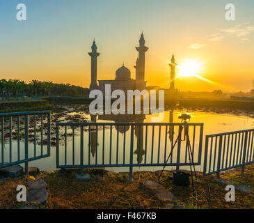 L'Tengku Ampuan Mosquée Jamaa, Bukit Jelutong, mosquée de la Malaisie se découpant au lever du soleil. Banque D'Images
