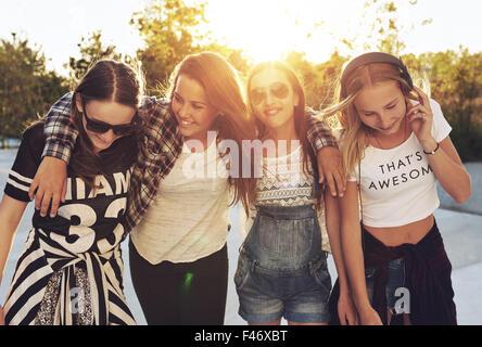 Og groupe adolescentes dans les rues et de rire Banque D'Images