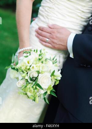 Young couple holding a bouquet de mariage, la Suède.