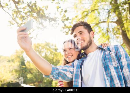 Cute couple dans le parc selfies Banque D'Images