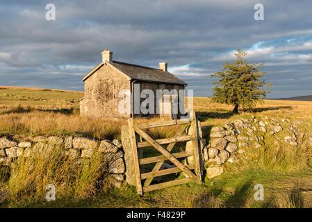 Une vieille maison de ferme abandonnée dans un endroit isolé près de Princetown sur le parc national du Dartmoor Banque D'Images