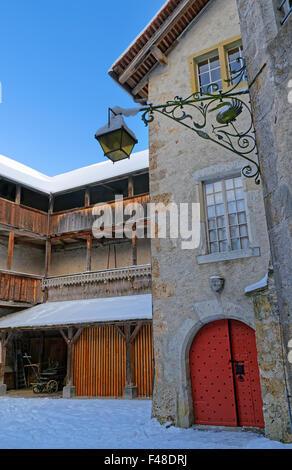 Gruyère, SUISSE - 31 décembre 2014: la cour intérieure du château médiéval de Gruyères en Suisse. Banque D'Images