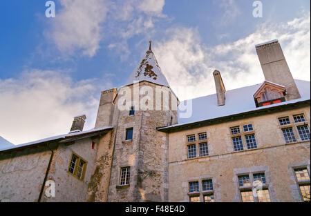 Gruyère, SUISSE - 31 décembre 2014: de l'extérieur d'un célèbre château médiéval de Gruyères en Suisse. Banque D'Images