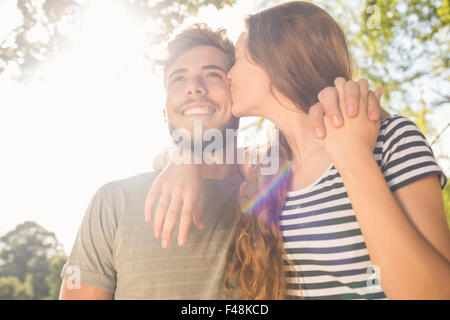 Cute couple kissing in the park Banque D'Images
