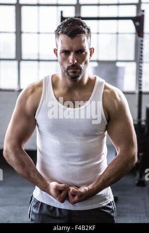Monter homme debout avec poings serrés Banque D'Images