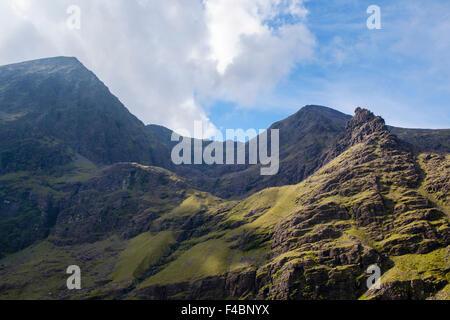 Vue d'Coomcallee Glen entre Carrauntoohil et Beenkeragh de Hags Glen avec dent Hags dans rock MacGillycuddy Reeks, Banque D'Images