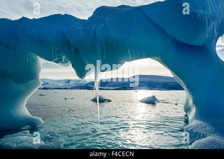 L'antarctique, les glaçons pendre du iceberg voûté flottant près de l'île de la baie Wilhelmina en entreprise le Banque D'Images
