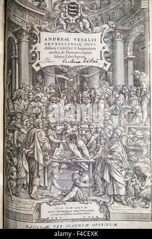 Page de titre de la première édition (1543) de De Humani Corporis Fabrica Libri Septem (sur le tissu du corps humain en sept livres) par l'anatomiste Vésale. Cette gravure sur bois (de l'atelier de Titien) montre une leçon d'anatomie en cours à l'Université de Padoue, Italie. Cette copie se trouve à la bibliothèque de la cathédrale de Wells, Royaume-Uni.