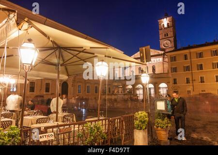 La Piazza Santa Maria in Trastevere dans la nuit, Rome, Italie Banque D'Images