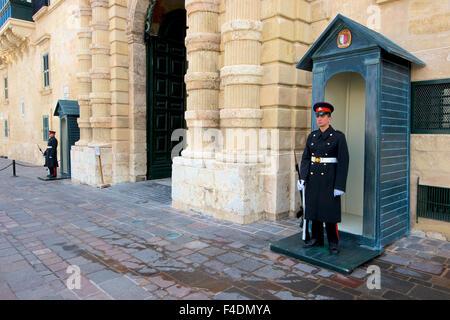 Les gardes du palais à La Valette, Malte. Cette ville de l'architecture baroque est un site du patrimoine mondial Banque D'Images
