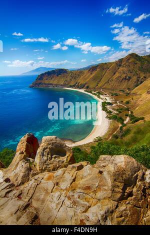 Plage tropicale au Timor oriental comme vu de Cristo Rei Statue à Dili, au Timor oriental
