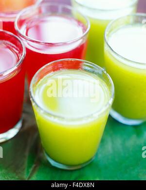 Hibiscus rouge thé avec miel et Chaya et ananas boisson verte. Chaya est une usine de Maya. Maroma Resort and Spa. Banque D'Images