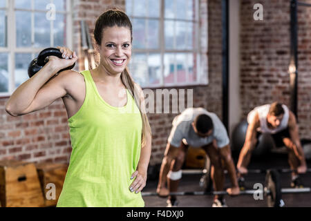 Fit woman working out avec kettlebell Banque D'Images