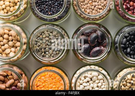 Vue de dessus de divers légumes secs dans des bocaux Banque D'Images