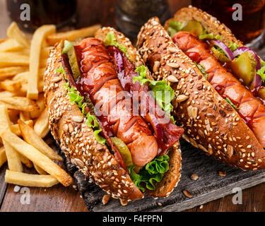 Hot-dog grillé au barbecue avec des frites Banque D'Images