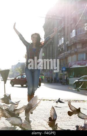 Jeune fille se sentir heureux au centre-ville. Banque D'Images