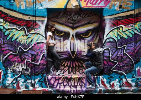 Melbourne, Australie - 25 Avril 2015: un photographe et un modèle comportant une séance photo devant un mur de graffiti dans le célèbre