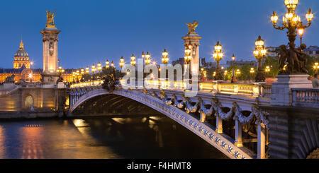 Pont Alexandre III (19ème siècle, style architectural Beaux-Arts), de la Seine et Les Invalides, au crépuscule, Paris, France