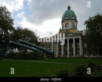 Londres, Royaume-Uni. 18 Oct, 2015. Jour nuageux sur Imperial War Museum comme visiter des expositions touristiques Banque D'Images