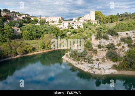 Une image paysage de l'Église, la tour et la rivière Verdon à Esparron-de-Provence France Banque D'Images