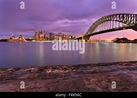 Ville de Sydney CBD landmarks allumé au coucher du soleil et vue sur port de Milsons Point. Sydney Harbour Bridge, des gratte-ciel