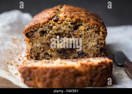 Un pain maison de noyer la banane et chocolat Pain Banque D'Images