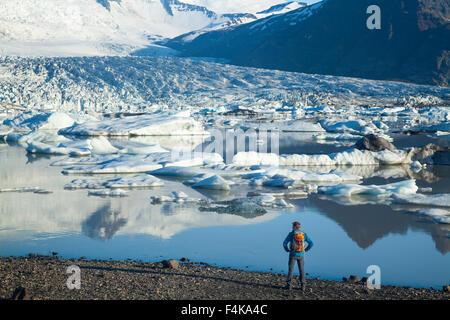 Personne à côté de Fjallsarlon lagoon iceberg, sous le glacier Fjallsjokull. Parc national du Vatnajökull, Sudhurland, Banque D'Images