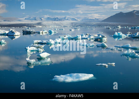 Les icebergs Jokulsarlon glacier Breidamerkurjokull lagon, sous. Parc national du Vatnajökull, Sudhurland, Islande. Banque D'Images