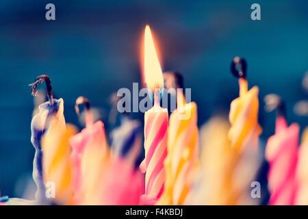 Libre de quelques bougies et non juste une bougie allumée après soufflant le gâteau Banque D'Images