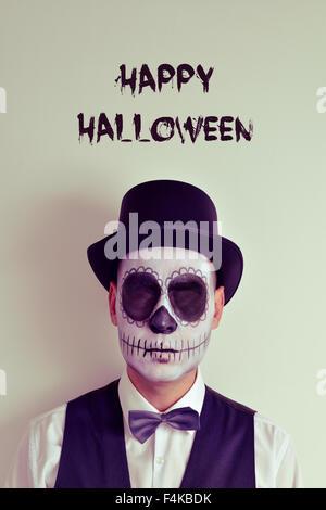Portrait d'un homme avec les yeux sans maquillage calaveras, portant chapeau et chapeau, et le texte happy Halloween Banque D'Images