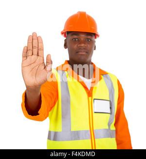 Constructeur de l'Afrique montrant le geste d'arrêt sur fond blanc Banque D'Images