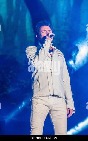 Musicien Simon LeBon de Duran Duran effectue sur scène lors de la deuxième journée de l'année 2015, la vie est belle Banque D'Images