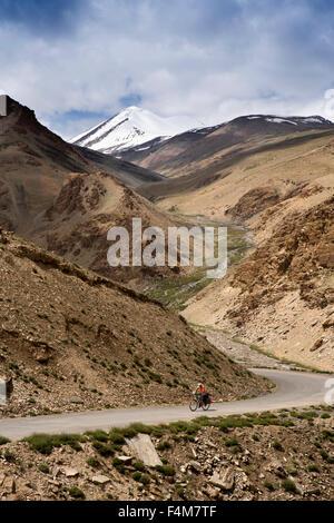 L'Inde, le Jammu-et-Cachemire, Ladakh, Rumtse, premier cycliste vélo au repos jusqu'à haute altitude sur la route Banque D'Images