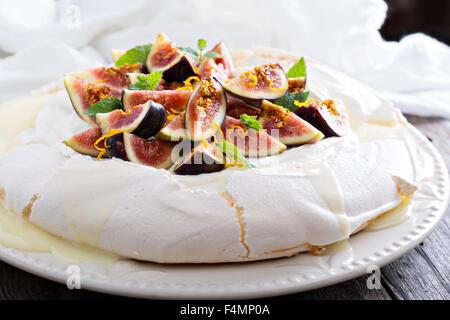 Pavlova gâteau avec des figues fraîches, chocolat blanc, crème de ricotta et zeste d'orange Banque D'Images